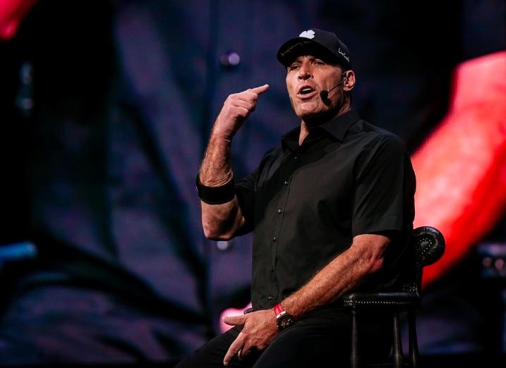 Imagen de Tony Robbins para el post sobre personalidad atractiva de ITO